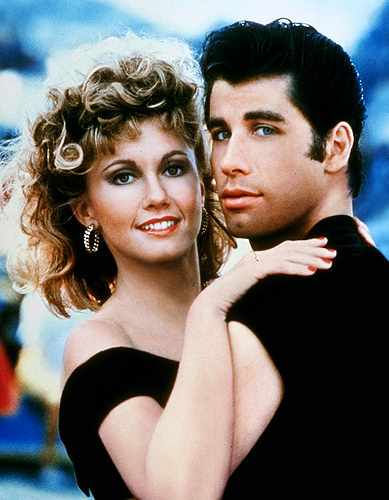 Olivia Newton John y John Travolta como Danny y Sandy al final de Grease