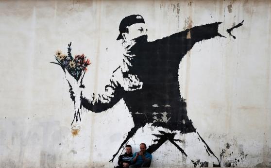 Soldado lanzando flores, 2015. Palestina.