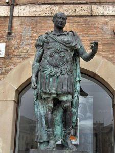 Estatua de bronce de Julio César en Italia, el creador de la primera de las naumaquias